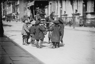 Spielende Kinder in New York 1909